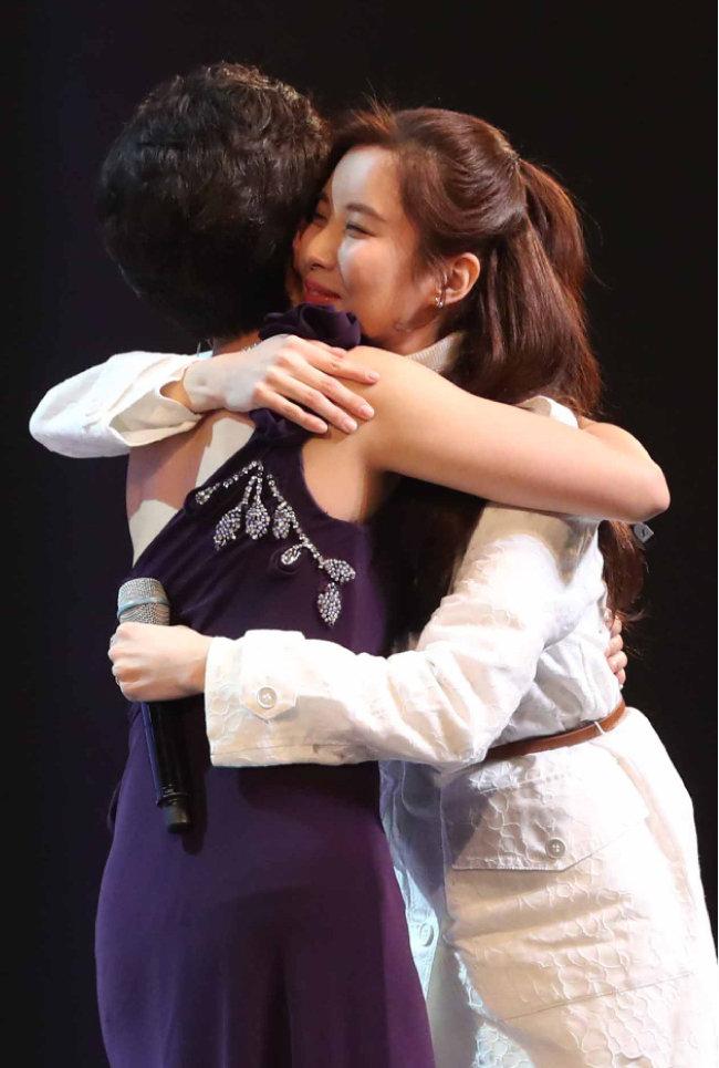 소녀시대 서현이 공연을 마친 후 북한 예술단원과 포옹하고 있다.