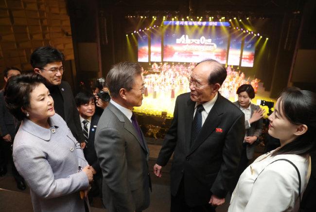 2월 11일 문재인 대통령이 삼지연관현악단을 비롯한 북한 예술단의 공연을 관람한 후 김영남 북한 최고인민회의 상임위원장과 대화하고 있다.