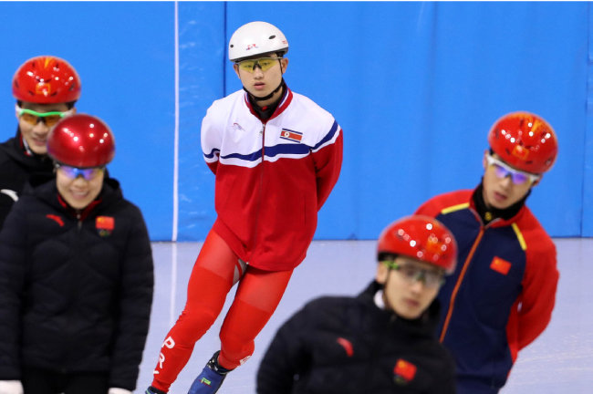북한 쇼트트랙 대표팀 정광범(가운데)이 강릉시 영동대 빙상장에서 중국 대표팀과 함께 훈련하고 있다.