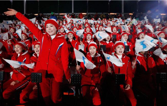 2월 9일 평창올림픽플라자에서 열린 개회식에서 북한 응원단이 응원하고 있다.