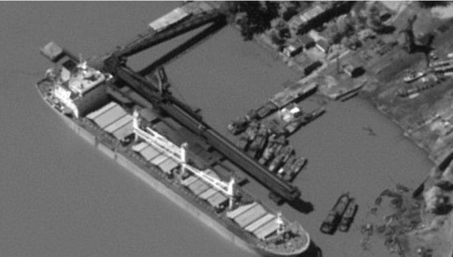 중국계 선박인 카이샹호가 지난해 8월 말 북한 남포항에서 자동선박식별장치(AIS)를 끈 상태에서 석탄을 적재하고 있다. 이 배는 중국 연해에 다다르고 나서야 AIS를 작동했고 화물은 지난해 9월 중순 베트남 인근 해역에서 내려졌다. 1월 18일 월스트리트저널은 카이샹호를 포함한 중국계 선박 6척이 국제사회의 감시를 피해 북한과 거래해오다 미국 정보당국의 위성에 포착돼 꼬리가 잡혔다고 보도했다. [월스트리트저널]