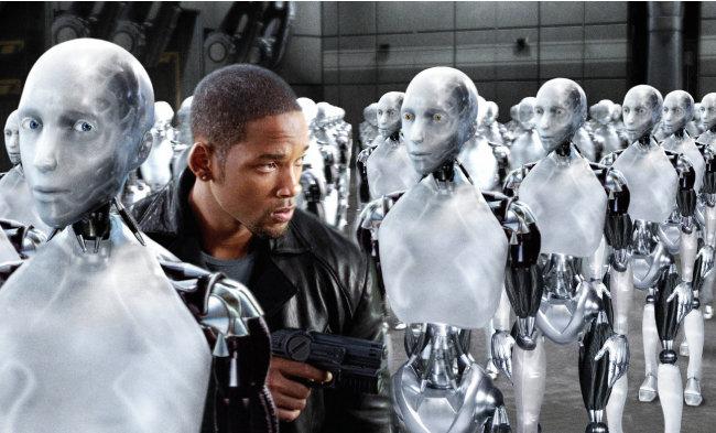 인간적인 로봇과 기계적인 인간이 묘한 대조를 이루는 영화 '아이로봇'의 한 장면. [동아DB]