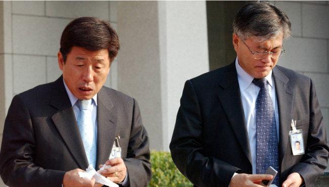2003년 11월 6일 청와대 본관을 나서고 있는 문재인 청와대 민정수석(오른쪽)과 유인태 정무수석. [박경모 동아일보 기자]
