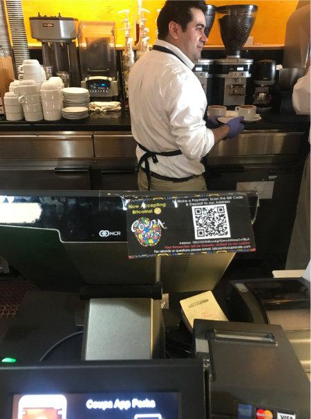2013년 실리콘밸리 일반 상점 가운데 최초로 비트코인을 받기 시작한 팰러앨토 중심가의 커피숍 '쿠파카페(Coupa Cafe)'. 결제기 앞에 '비트코인을 받는다'는 문구와 함께 QR코드, 비트코인 지갑 주소가 적혀 있다. [사진·황장석]