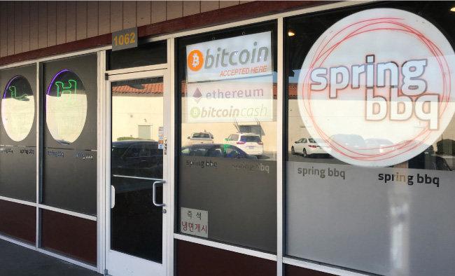실리콘밸리에서 한인 상점이 모여 있는 샌타클래라(Santa Clara) 쇼핑몰의 한 한국음식점 유리창에 비트코인과 비트코인캐시, 이더리움으로 결제할 수 있다는 표시가 붙어 있다. [사진·황장석]