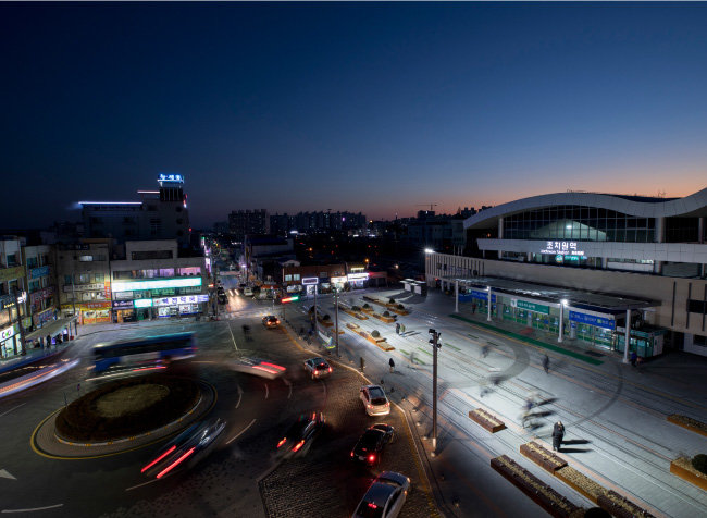 도시재생사업의 일환으로 새롭게 단장한 조치원역 일대. 역사 및 광장을 깨끗하게 정비했다. [지호영 기자]
