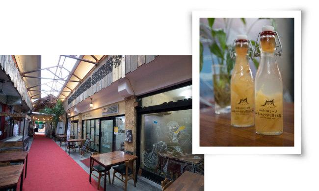 세종전통시장 상인들이 협동조합 형태로 운영하는 시장 골목 안 카페.(왼쪽) 협동조합 카페에서 판매하는 복숭아청. 복숭아는 조치원의 특산물이다.  [지호영 기자]