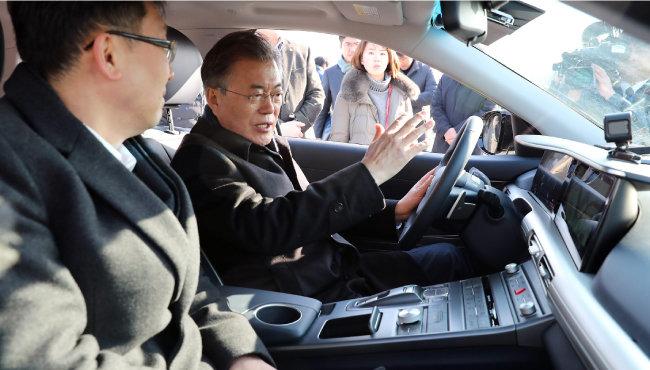지난 2월 2일 문재인 대통령이 넥쏘를 시승하고 있다. [동아DB]