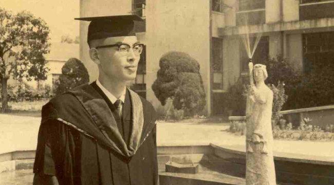 1966년 8월 30일 서울대 사법대학원 졸업식 때 찍은 사진이다.