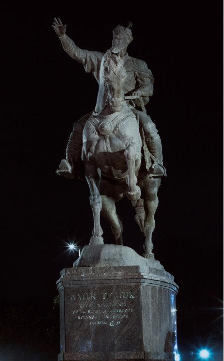 티무르 동상.