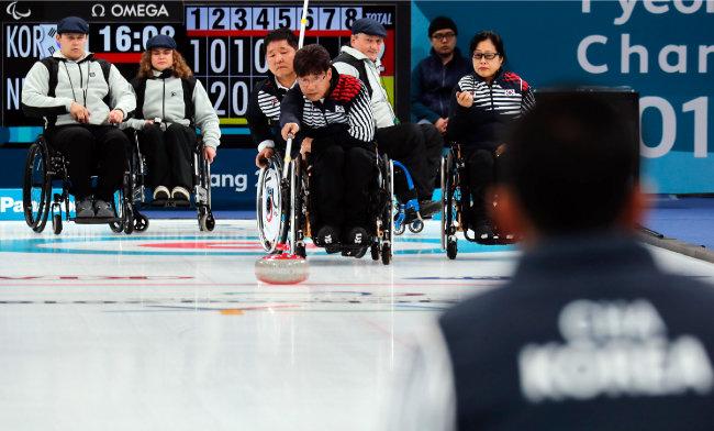 '영미~~' 감동은 패럴림픽에서도 이어진다. 3월 11일 한국 컬링팀은 슬로바키아를 상대로 한 예선전에서 연장전 끝에 승리를 거뒀다.