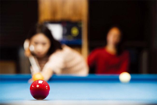 서울 강서구 마곡동 김치당구클럽에서 게임을 즐기고 있는 여성 당구인. [조영철 기자]