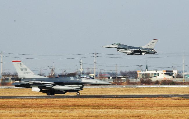 지난해 12월 6일 경기 평택시 주한미군 오산기지에서 F-16 전투기들이 분주하게 이동하고 있다. 한미 양국 공군은 12월 4~8일 연합공중훈련 '비질런트 에이스'를 역대 최대 규모로 진행했다. [사진공동취재단]
