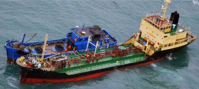 2월 16일 동중국해에서 북한 선적 유조선과 소형 선박이 유류 밀거래를 하는 장면. [일본 방위성]