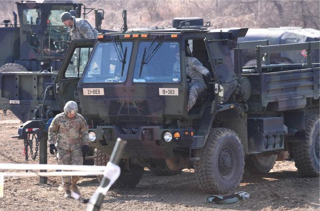 북한이 평안북도 동창리 일대에서 동해상으로 불상의 미사일 4발을 발사한 2017년 3월 6일 경기도 파주시 접경지역에서 한·미 연합군사훈련인 키리졸브(Key Resolve·KR)와 독수리(Foal Eagle·FE) 훈련에 참가한 주한미군이 훈련을 준비하고 있다. [뉴시스]