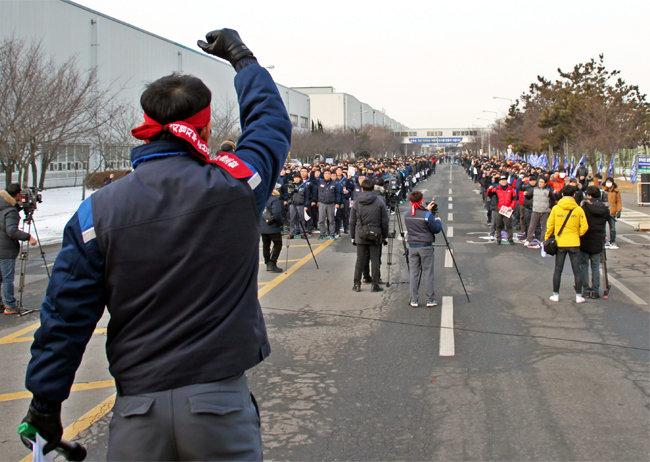 2월 14일 한국GM 노조가 GM의 군산공장 폐쇄 결정을 비판하며 군산공장 앞에서 '공장 폐쇄 철회를 위한 전 조합원 결의대회'를 하고 있다. [뉴시스]