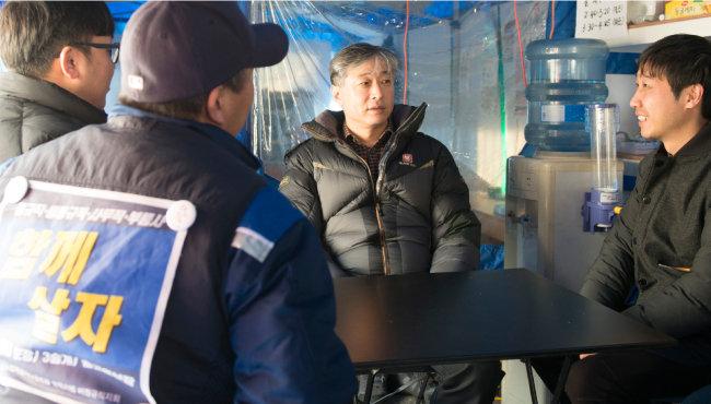 김창곤 씨가 한국GM 부평공장에서 계약 해지된 비정규직 노동자들 농성장을 찾아 격려하고 있다. [홍태식 기자]