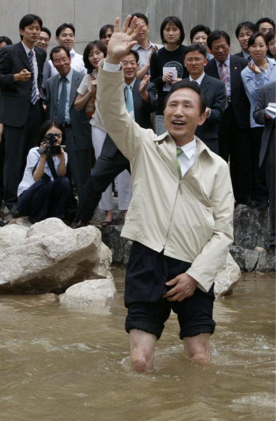이명박 전 대통령은 서울시장 재임 시절 청계천 복원으로 큰 인기를 얻었고, 이는 대통령에 당선되는 계기가 되었다.