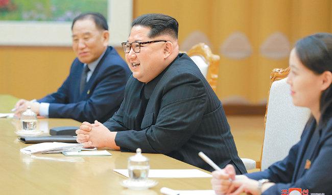 3월 12일 대북 특사단과 대화하는 김정은 북한 노동당 위원장. [동아DB]