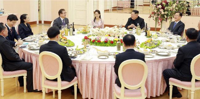 김정은 북한 노동당 위원장과 대북특사단이 3월 5일 평양 노동당 본관에서 만찬을 하고 있다. [동아DB]