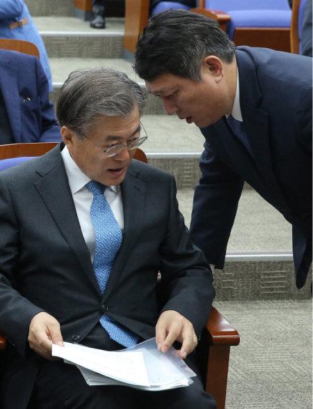 2015년 11월 9일 국회에서 문재인 새정치민주연합 대표와 최재성 의원이 대화하고 있다. [동아DB]