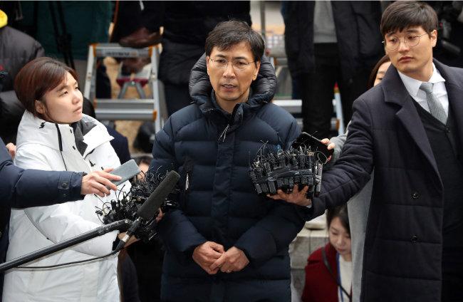 수행비서를 성폭행한 혐의를 받고 있는 안희정 전 충남지사가 3월 9일 서울서부지검에 자진 출석했다. [양회성 동아일보 기자]