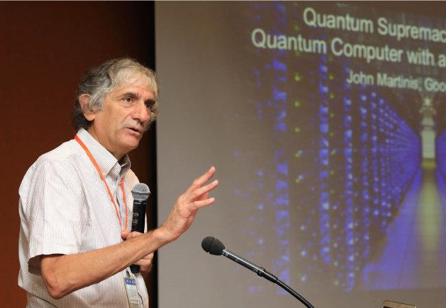 지난해 9월 내한한 존 마르티니스 구글 양자컴퓨터 연구책임자가 한국전자통신연구원에서 구글의 양자컴퓨터 개발 현황에 대해 소개하고 있다. [박해윤 기자]