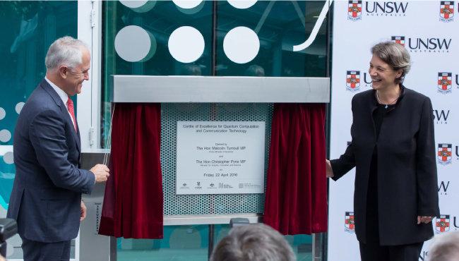 맬컴 턴불 호주 총리(왼쪽)가 2016년 4월 호주 뉴사우스웨일스대에 설립한 양자컴퓨터 연구소 개소식에 참석했다. [뉴시스]