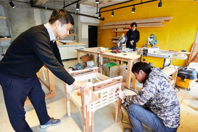 옛 삼겹살 식당을 재생한 '장안창작센터' 내에는 목공을  배울 수 있는 공간도 마련됐다. 순천 지역 젊은 아빠들  사이에서 인기 만점. [홍중식 기자]