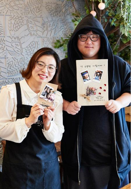 청년 챌린지숍 사업에 참여하고 있는 청년창업인 김수진(왼쪽), 김현빈 씨가 협업해 만든 폴라로이드 플라워 액자를 들고 포즈를 취했다. [홍중식 기자]