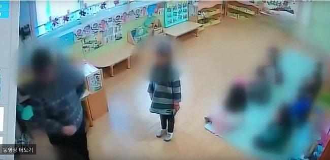 2017년 11월 인천 서구의 한 어린이집 CCTV에 찍힌 아동학대 장면.