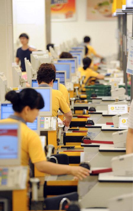 신세계와 이마트는 지난해 말 '주 35시간 근무제'를 선언했다. 법적으로 허용하는 주당 최장 노동시간 52시간보다 17시간 적다. [권기범 동아일보 기자]