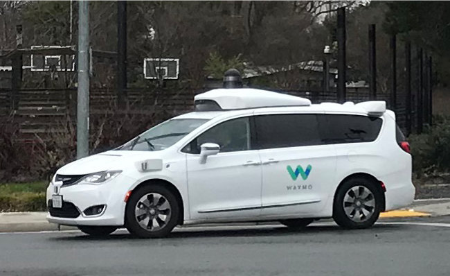 크라이슬러 퍼시피카(Pacifica) 하이브리드 미니밴을 개조한 웨이모 자율주행차가 실리콘밸리 도시 마운틴뷰 도로에서 주행하고 있다. [황장석]