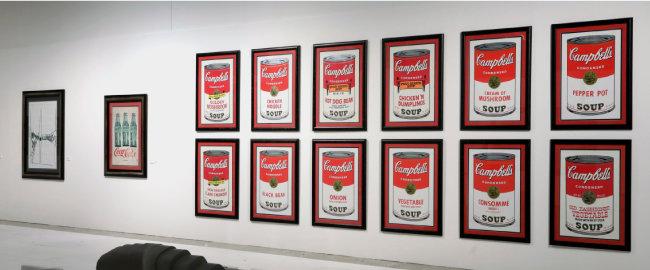 앤디 워홀이 실크스크린으로 찍어낸 '캠벨 수프 통조림' 작품. [박해윤 기자]
