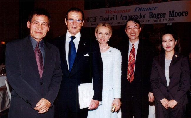 2001년 4월 18일 유니세프 친선대사인 안성기(맨 왼쪽) 씨 등과 함께 찍은 사진. 오른쪽에서 두 번째가 나다.