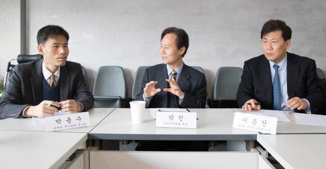 신동아-부동이화Initiative 토론은 3월 22월 박진(가운데) 안민정책포럼 회장의 사회로 이종찬 국민대 교수(오른쪽),  박용수 연세대 국가관리연구원 전임연구원이 진행했다.