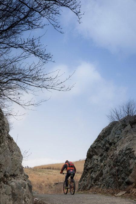 산악자전거로 간월재를 오르고 있다.