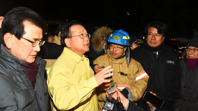 2017년 12월 22일 김부겸 행정안전부 장관이 제천시 하소동 두손스포리움 화재 현장을 찾았다. [제천시 제공]
