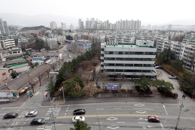 강원 원주시 원동 옛 LH 원주사옥 부지. 4차선 도로가 한산하다. [박해윤 기자]