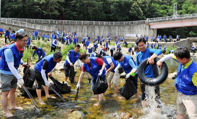원주 하나님의 교회 신자들이 원주 간현유원지에서 환경정화활동을 하고 있다.