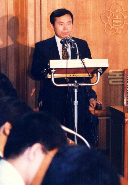 1993년 7월 20일 이인제 노동부 장관이 노동 현안을 언론에 브리핑하고 있다. [동아DB]