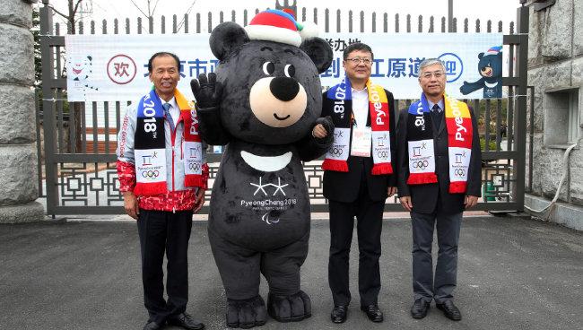 최문순 지사와 다음 동계올림픽 개최지인 중국 베이징 시장(오른쪽 두 번째)이 접견한 후 기념 촬영을 했다. [동아DB]