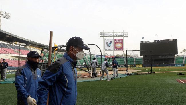 미세먼지가 덮친 4월 6일 서울 잠실구장에서 열릴 예정이던 프로야구 경기가 취소됐다. [동아DB]