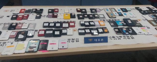 최근 불법 대부업체의 고리 폭리가 사회문제가 되고 있다. 서울 강동경찰서는 전국적으로 조직망을 꾸려 연 3900%의 고리를 챙긴 불법 대부 조직을 검거했다. 이들은 대포폰과 인터넷을 이용해 활동해왔다. [뉴시스/서울 강동경찰서 제공]