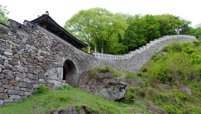 경기 광주시 중부면 산성리 남한산성 동문(좌익문)이 웅장한 자태를 뽐내고 있다.