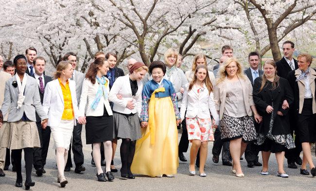 북미, 유럽에서 방한한 제57차 해외성도방문단이 엘로힘연수원 벚꽃길을 즐겁게 걸으며 한국의 봄을 체험하고 있다.