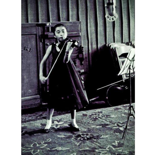 초등학생 시절 바이올린을 연주하고 있는 정경화 씨. 그는 바이올린을 배우자마자 이내 무대에 올랐을 만큼 타고난 연주자였다.
