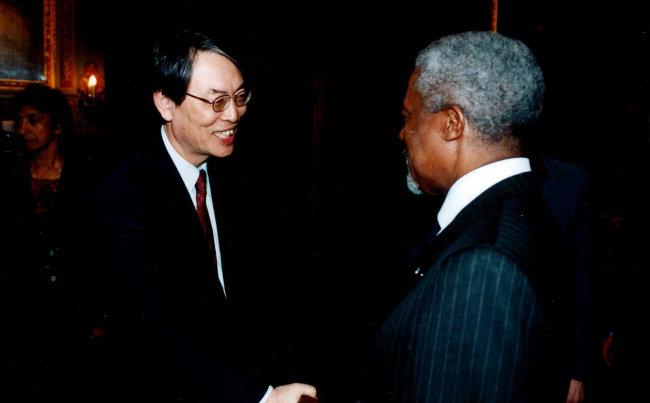 2003년 3월 1일 국제형사재판소 재판관 취임식에서 만난 코피 아난(오른쪽) 당시 유엔 사무총장.