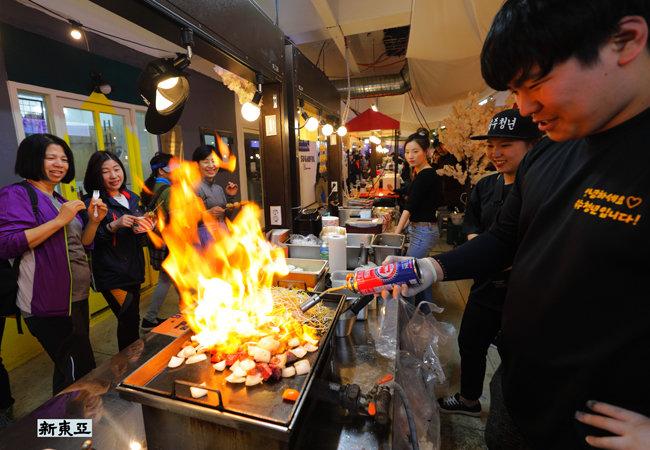 불쇼에 덩달아 신난 식객들. 서울 은평 증산종합시장.