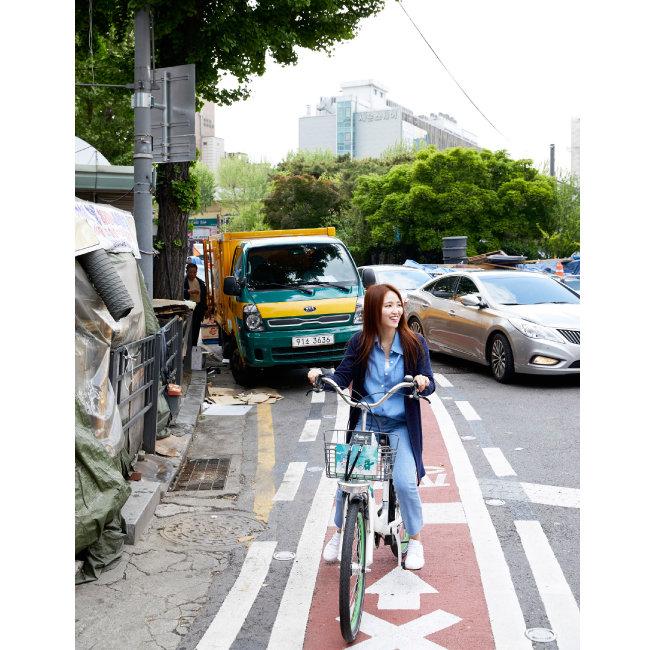 서울 종로구 광장시장 인근을 달리는 기자. 자전거전용차로를 침범하거나 아예 불법 주차한 차량들 때문에 자전거를 타고 달리기가 쉽지 않았다. [홍중식 기자]
